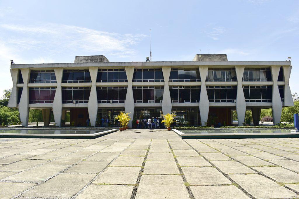 Durante la tarde de este jueves, estudiante de la Universidad de San Carlos de Guatemala (USAC) tomaron el edificio de Rectoría como forma de protesta ante la aprobación, en primera lectura, del préstamo de US$120 millones por parte del Congreso de la República.