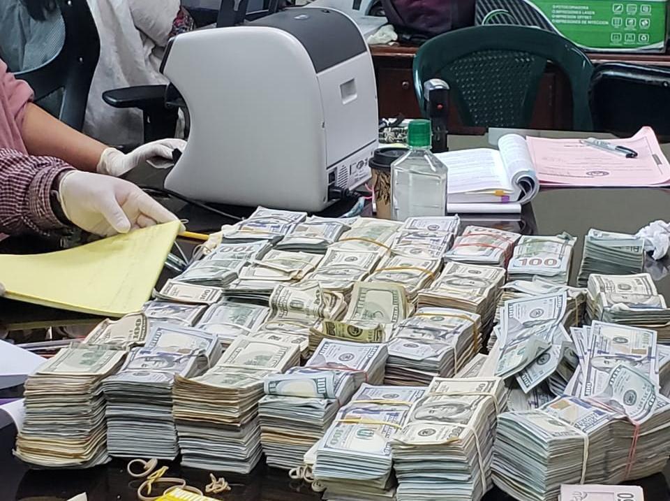 Luego de varios días, el Juzgado de Extinción de Dominio finalizo el conteo del dinero incautado por la Fiscalía Especial Contra la Impunidad (FECI) en una vivienda en Antigua Guatemala, el cual está relacionado con el exministro de Comunicaciones, José Luis Benito.